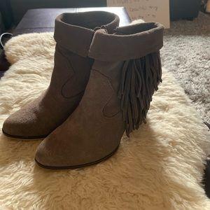 Short fringe boots